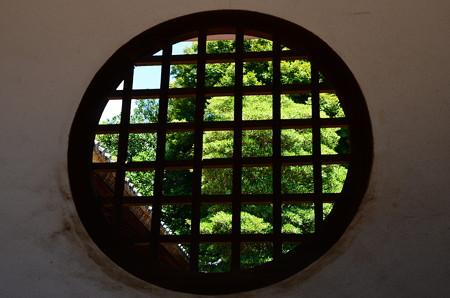 丸窓の初夏阿