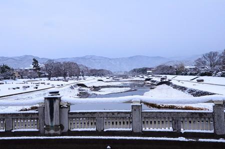 雪の賀茂川と北山