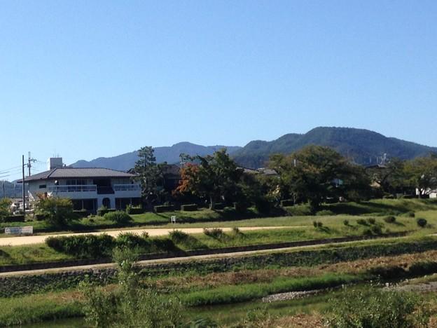 賀茂川から見る愛宕山と鷹ヶ峰三山