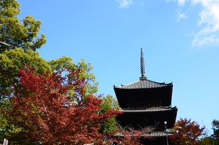 紅葉に彩られた文殊塔
