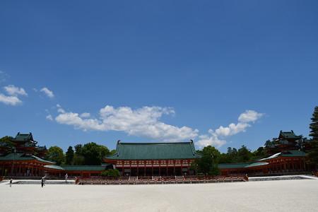青空の下の平安神宮