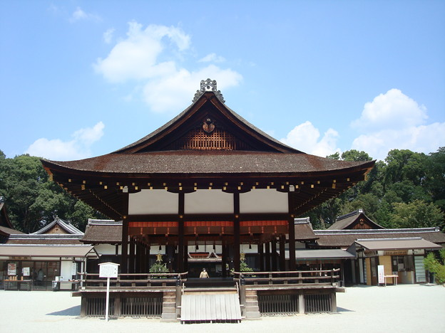 夏空の下鴨神社舞殿