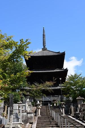 秋空の文殊塔