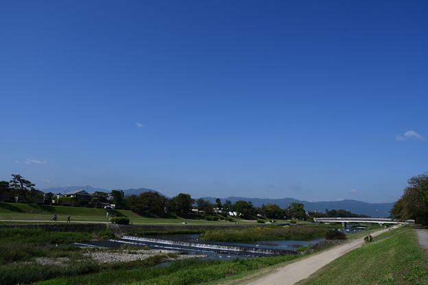 秋空の賀茂川