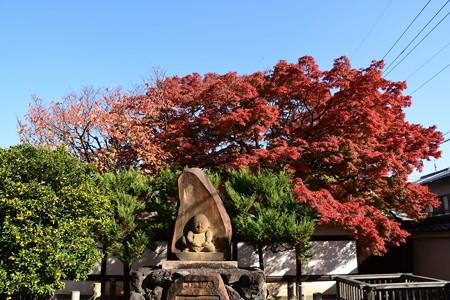 人形塚と紅葉