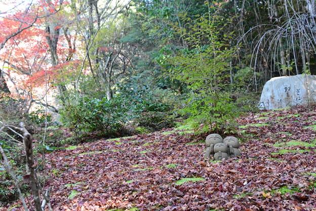 散り紅葉の中のお地蔵様