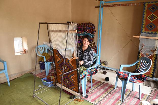 絨毯織の美女