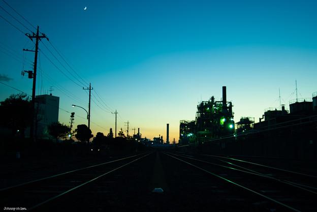 工場と月 (横位置)