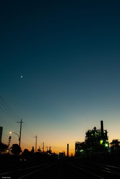 工場と月 (縦位置)