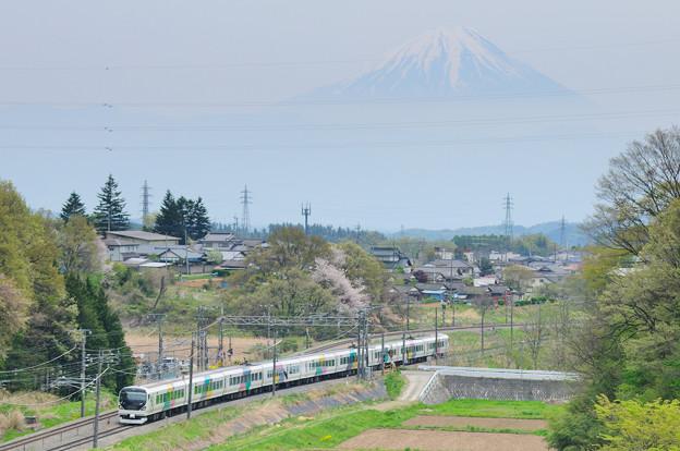 富士山をバックに里山を行く211系中央線普通電車