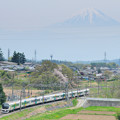 Photos: 富士山をバックに里山を行く211系中央線普通電車