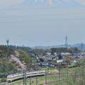富士山をバックに里山を行く189系中央線回送電車