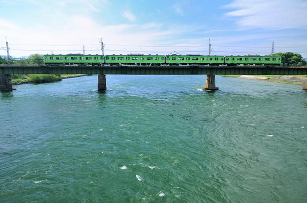 宇治川を渡る103系電車