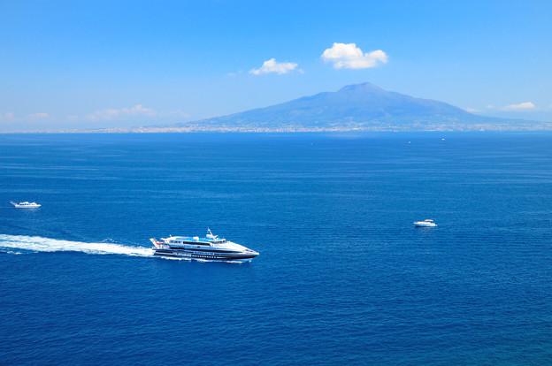 ヴェスビオ山と高速船