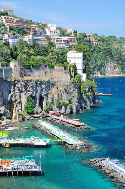 断崖に建つソレントのホテルやヴィラ