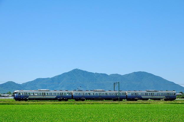 弥彦山と115系新潟色3次車