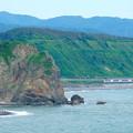 写真: 海岸線を行くリゾートしらかみ号