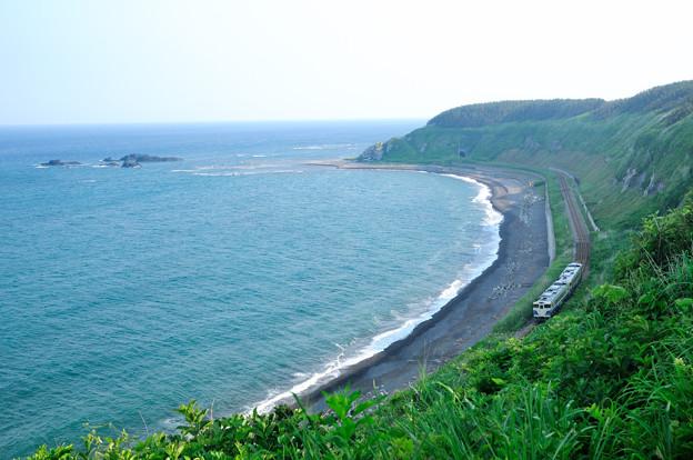 写真: 塩見崎の海岸線を行く
