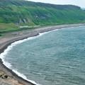 写真: 弓なりの海岸線を行く