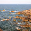 写真: 岩場の海岸