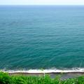 写真: 崖の下は、海