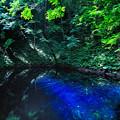 写真: 青いインクを零したような景色