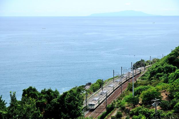 伊豆大島を望むカーブを行く