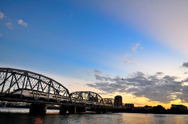 夕焼けの鉄橋を渡る