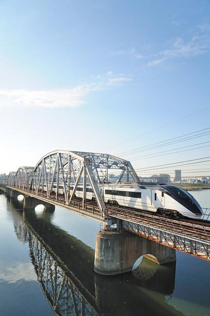 荒川橋梁を渡るスカイライナー