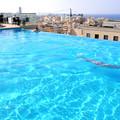 ホテルの屋上プール