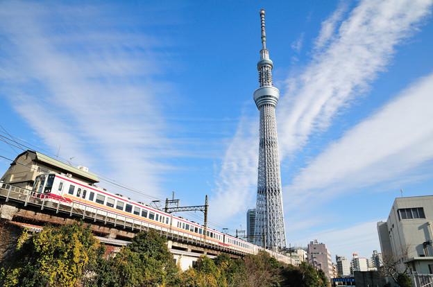 スカイツリーと東武6050形電車