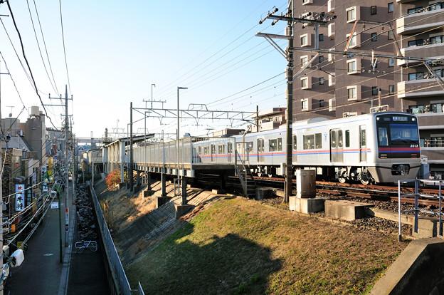 堀切菖蒲園駅を出発する各駅停車