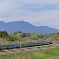 八ヶ岳をバックに走る中央線211系普通電車