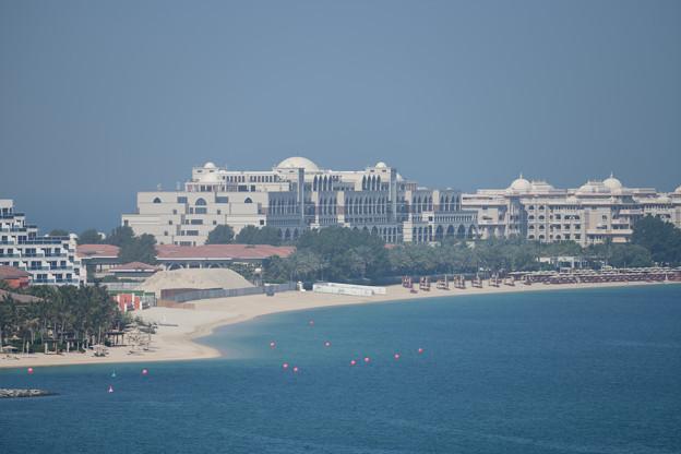 高級ホテルとビーチ