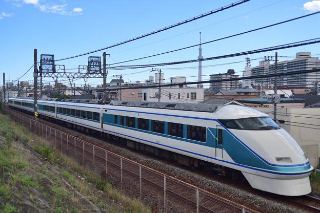 東武スカイツリーラインを行く特急スペーシア