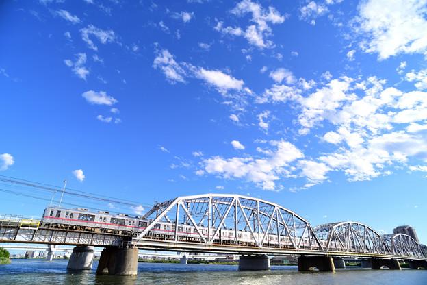荒川橋梁を渡る京成電車
