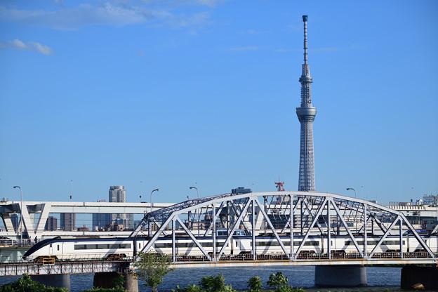 東京スカイツリーと荒川橋梁を渡る京成スカイライナー