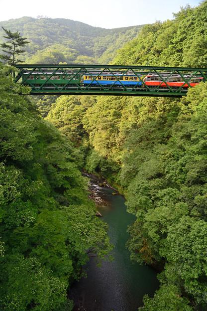 鉄橋渡る3色電車
