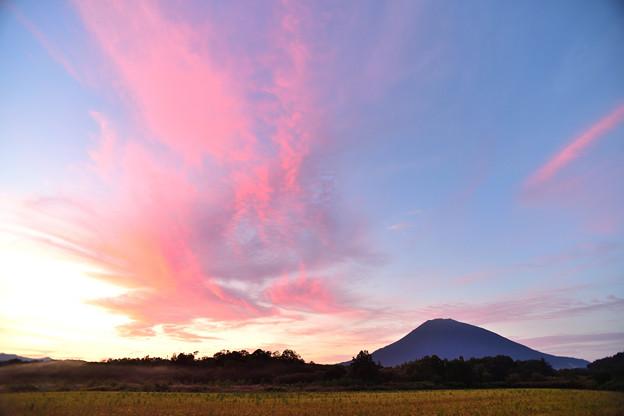 羊蹄山と朝焼け雲