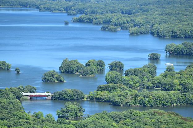 大沼の雄大な風景の中をローカル列車が行く
