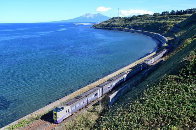 海岸線のカーブを行く特急列車
