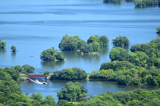 小島の群れとボート