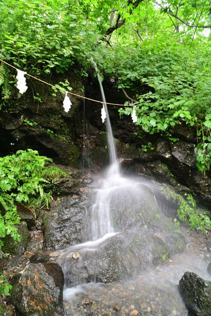 奥社の手前の小さな滝