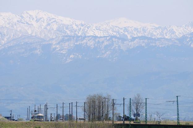 立山連峰と富山地鉄の電車