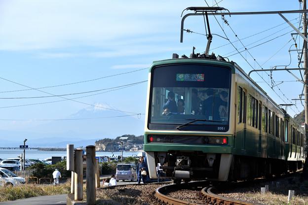 富士山の見える湘南海岸を走る