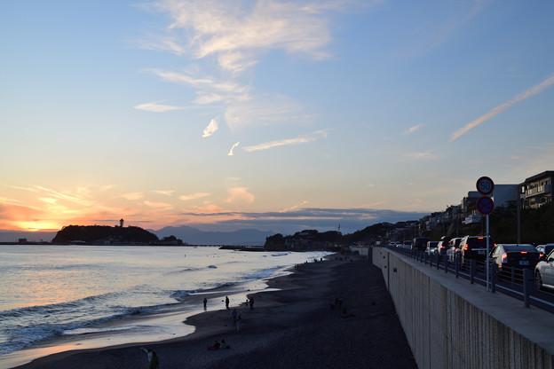 夕焼けの江ノ島を見渡す