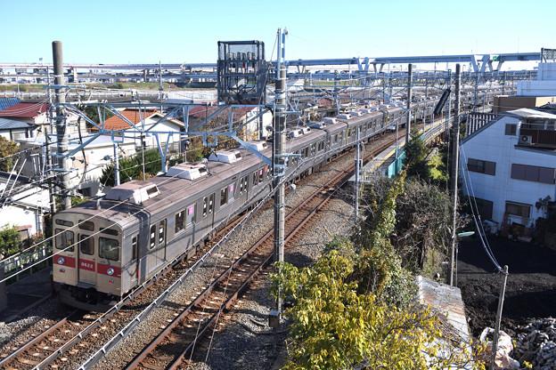 堀切駅を通過する東急8500系電車
