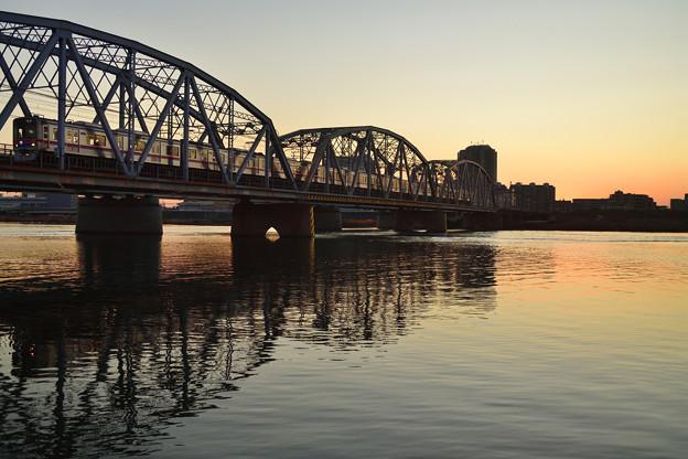 残照の鉄橋を行く