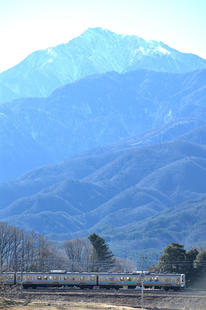甲斐駒ケ岳と211系中央線普通電車