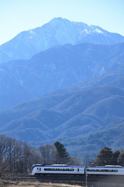 甲斐駒ケ岳とE353系中央線特急あずさ号